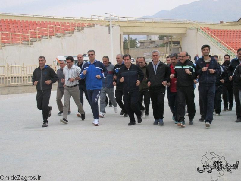 ورزش صبحگاهی مدیران و استاندار در ورزشگاه 15 هزار نفری/ پنالتی احمدی گل شد + تصاویر